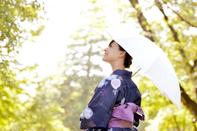 夏の白い日傘